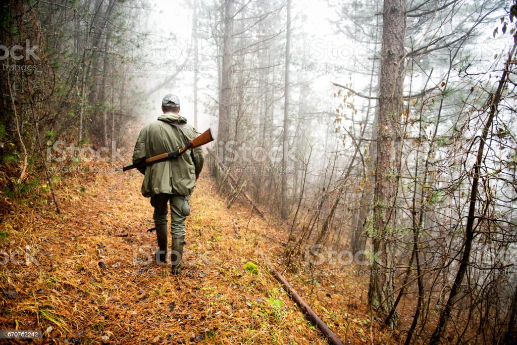 Jäger im Wald – Foto