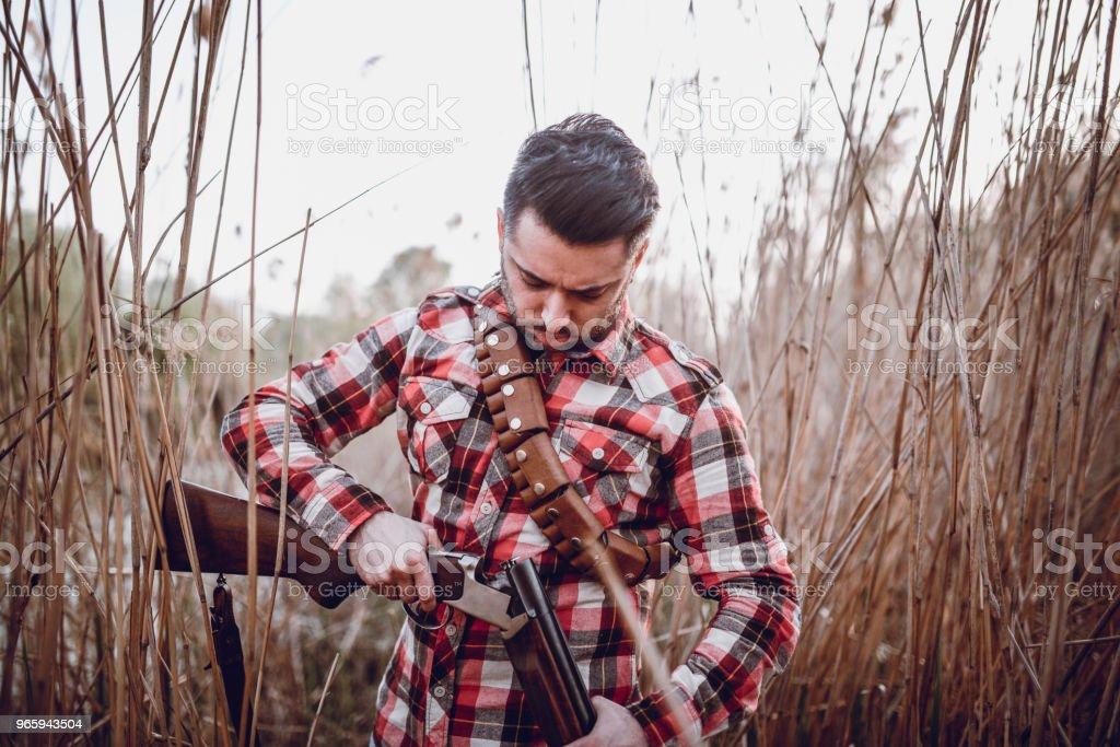 Hunter laden zijn pistool en voorbereiding voor de jacht - Royalty-free Apparatuur Stockfoto