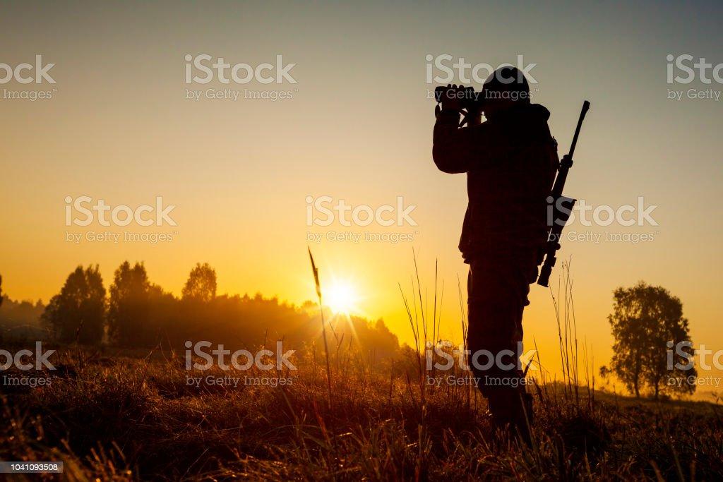Jäger auf der Jagd am Morgen – Foto