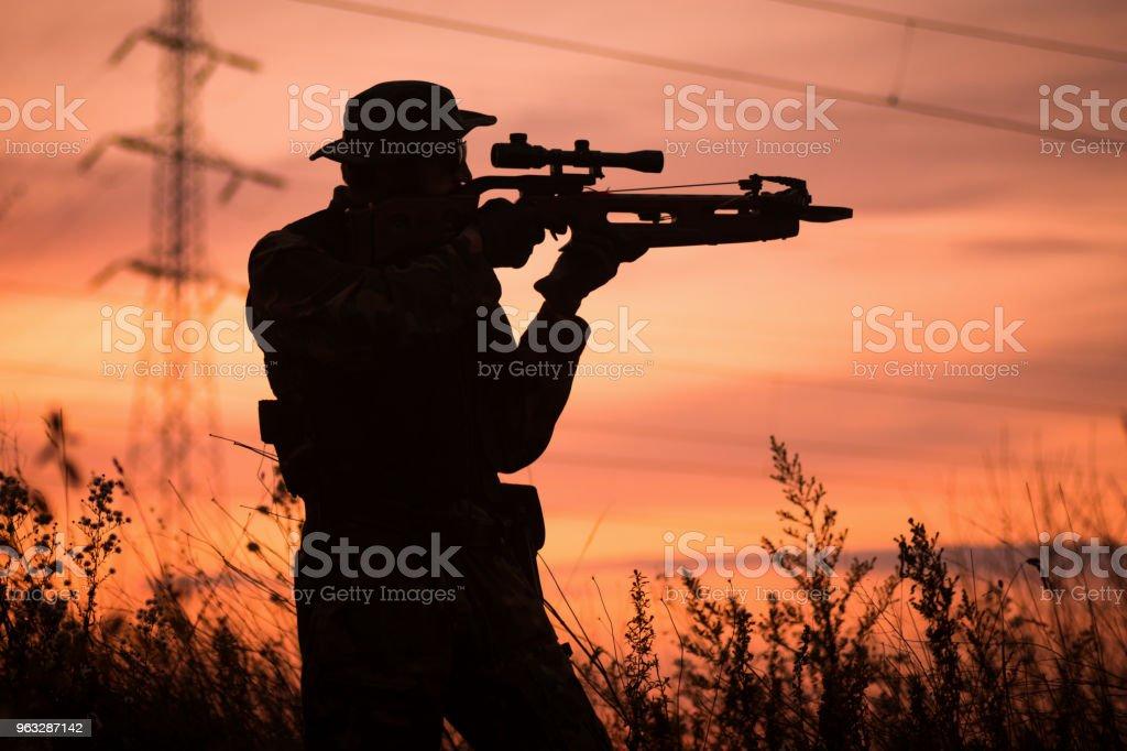 chasseur avec la silhouette de l'arbalète - Photo