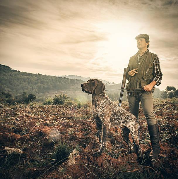 chasseur avec chien - chasser photos et images de collection