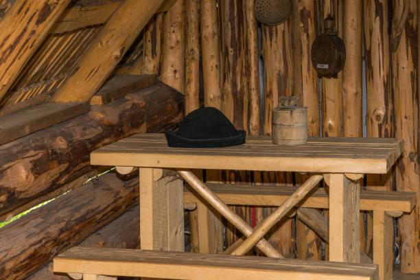 jäger-kabine - jagdthema schlafzimmer stock-fotos und bilder