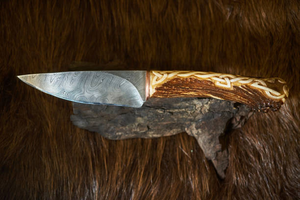 jagdmesser aus damaszener stahl mit einem griff aus knochen - damaststahl stock-fotos und bilder
