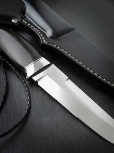 jagdmesser handarbeit auf einem schwarzen hintergrund. handgefertigte lederscheide - damaststahl stock-fotos und bilder