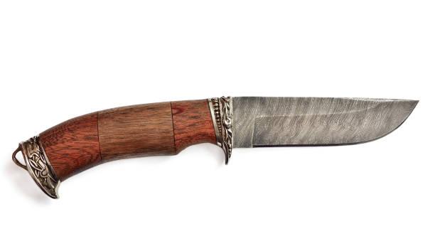 jagdmesser mit holzgriff auf weißem hintergrund isoliert - damaststahl stock-fotos und bilder