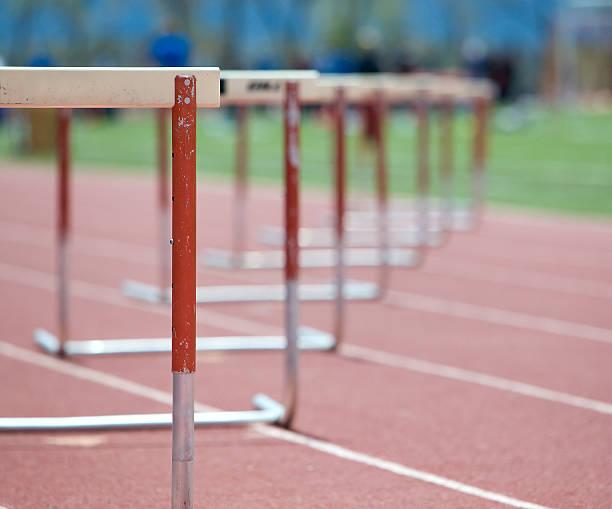 Obstáculos alinhadas em um caminho, o movimento do foco. - foto de acervo