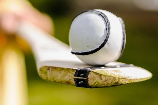 Hurl und Sloitar (Ball) aus dem irischen Spiel von Hurling. – Foto
