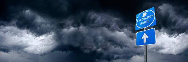 hurrikan-evakuierungs road sign - kinderlandverschickung stock-fotos und bilder