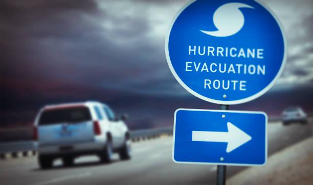 hurrikan evakuierung route zeichen auf autobahn - kinderlandverschickung stock-fotos und bilder