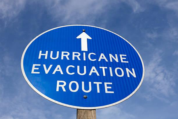 hurrikan-evakuierungs route sign - kinderlandverschickung stock-fotos und bilder