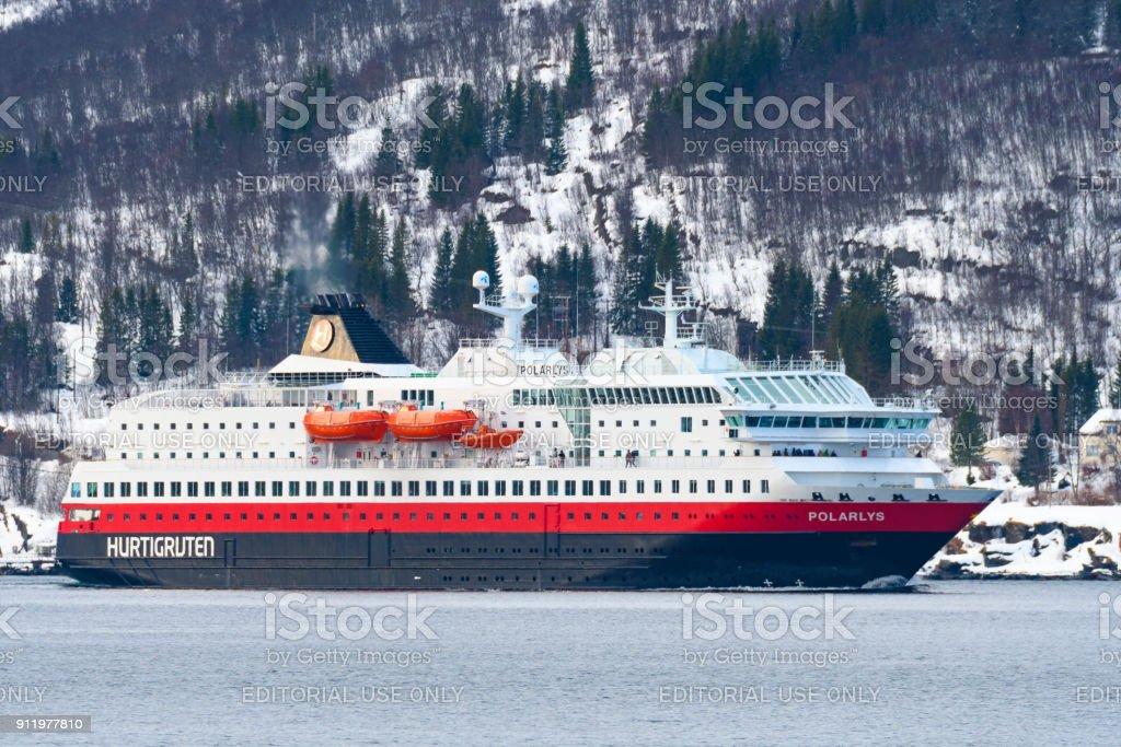 Hurtigruten cruiseschip Polarys in de buurt van Tromsø in Noord-Noorwegen foto