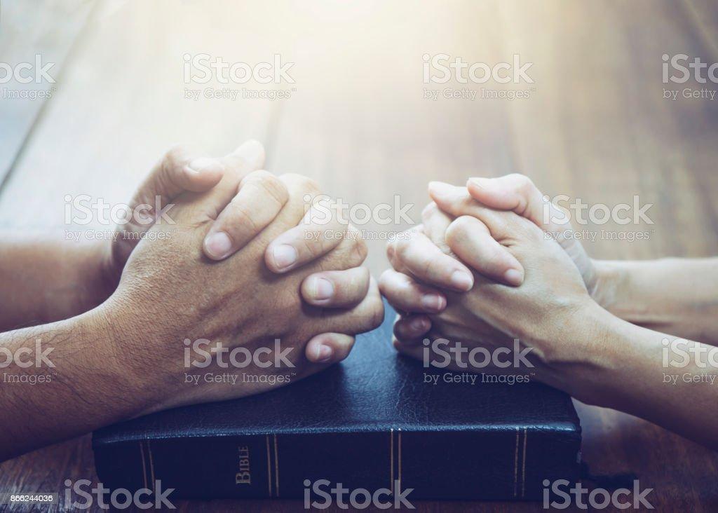 husband and wife  are praying together - Zbiór zdjęć royalty-free (Biblia)