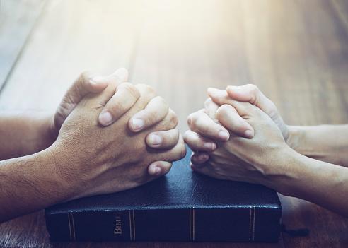 Husband And Wife Are Praying Together - zdjęcia stockowe i więcej obrazów Biblia