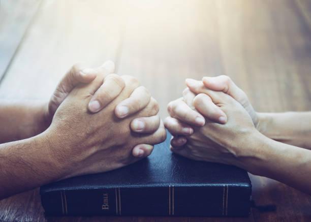 丈夫和妻子一起祈禱 - prayer 個照片及圖片檔