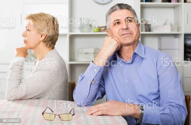 Foto de Marido E Mulher Discutindo Com Os Outros E Tentar Resolver O Conflito Familiar Na Mesa e mais fotos de stock de Abuso