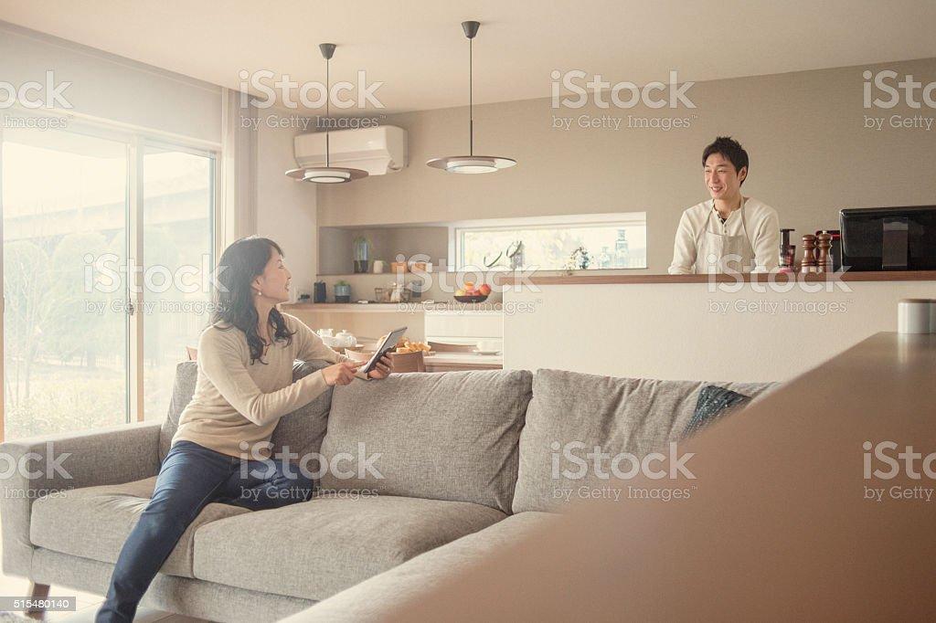 夫と妻は、ご自宅での会話 ストックフォト