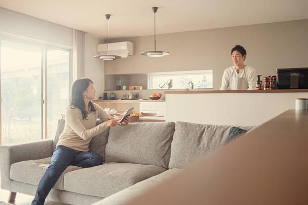 夫と妻は、ご自宅での会話 - 夫婦 ストックフォトと画像