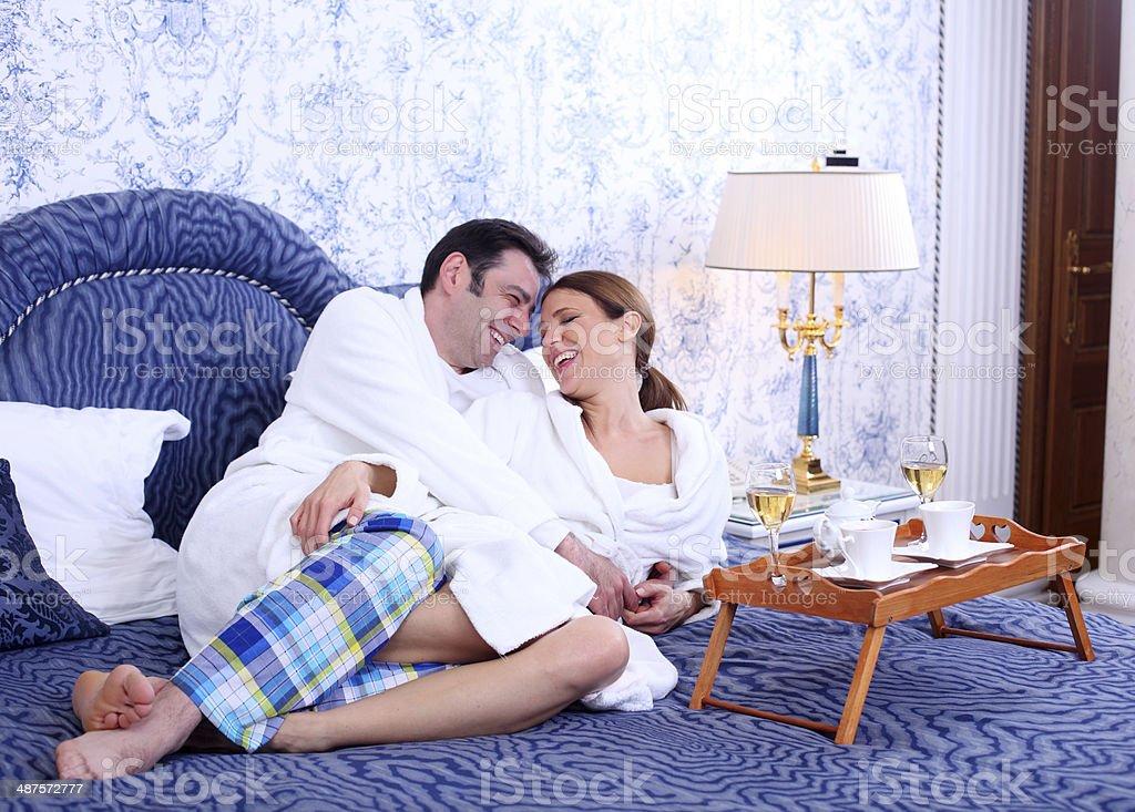 Mann Und Frau Im Schlafzimmer Auf Einen Blaubett Stockfoto