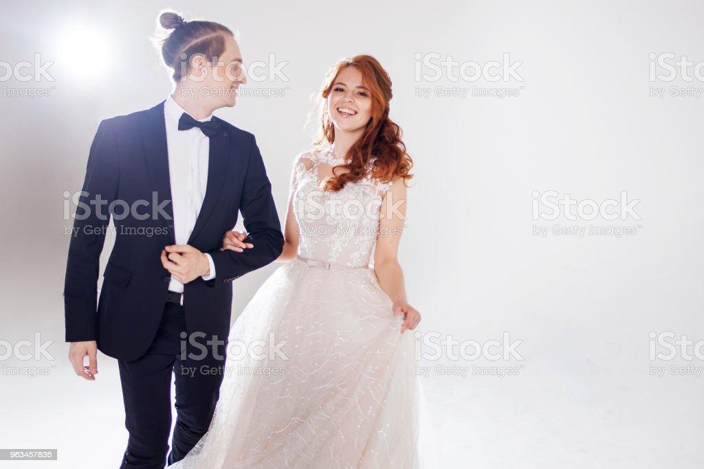Mari et femme, souriant à l'autre. Couple jeune positif. Le couple dans le Studio un fond clair. - Photo de Beauté libre de droits