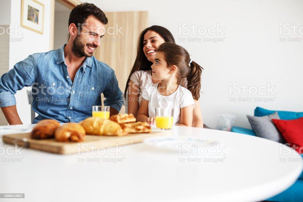 남편과 아내가 그들은 식탁에 앉아 작은 딸. 가족 초상화입니다. - 로열티 프리 2명 스톡 사진