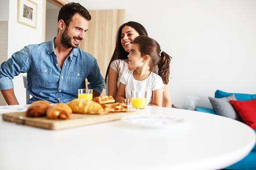 남편과 아내가 그들은 식탁에 앉아 작은 딸 가족 초상화입니다 2명에 대한 스톡 사진 및 기타 이미지