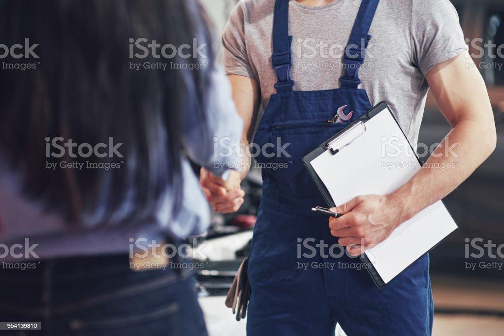 Mann Auto Mechaniker und Frau Kunden machen eine Vereinbarung über die Reparatur des Autos – Foto