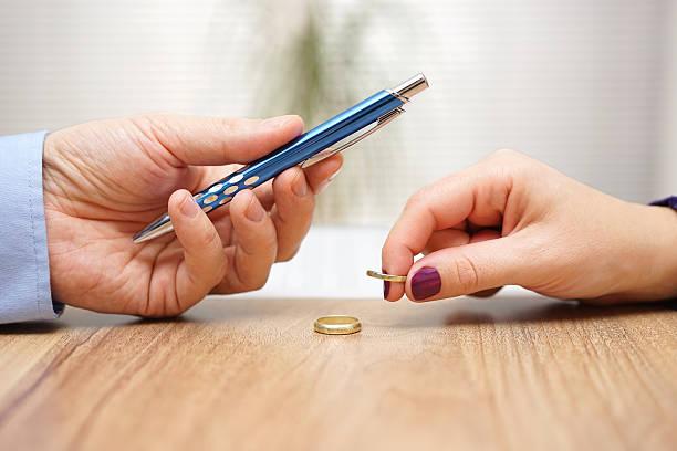Mari donner un stylo à signer le divorce journaux sa femme - Photo