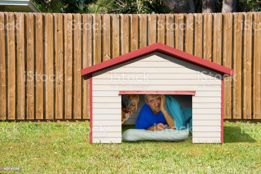 Mann oder Freund Mann schlafen im Doghouse wegen innenpolitischen Probleme – Foto