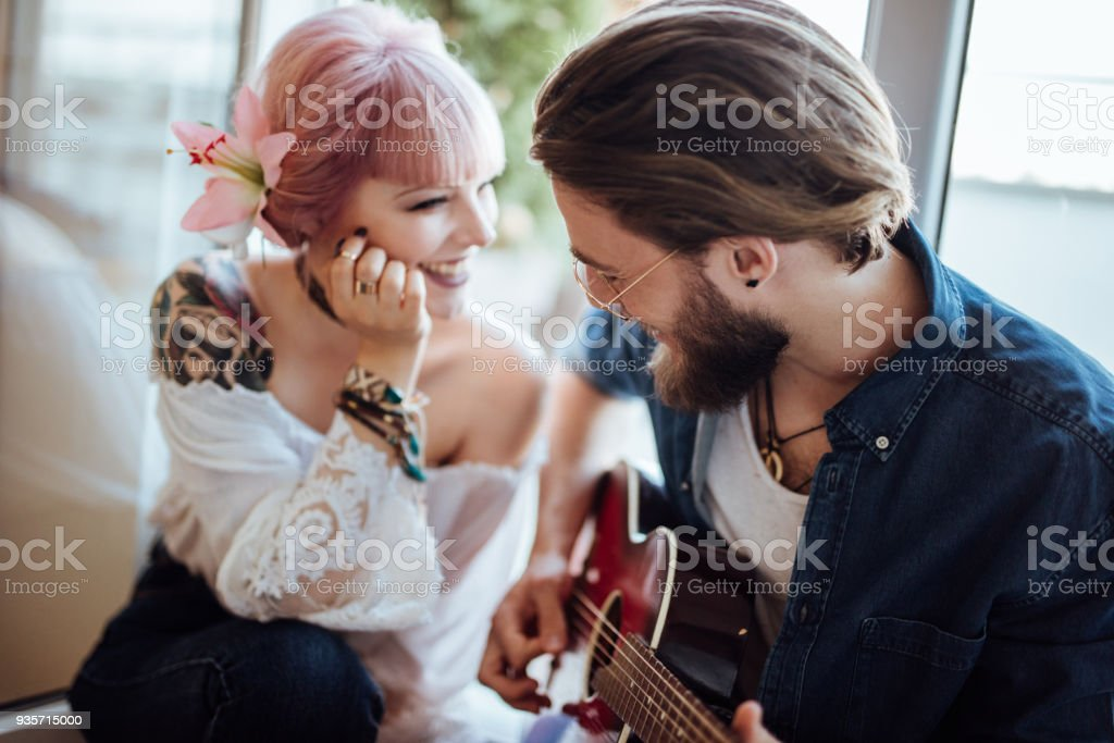 Marido tocando violão para sua esposa - foto de acervo