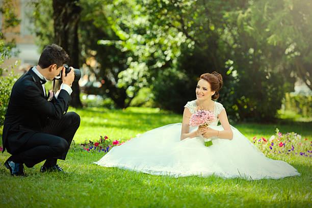 ehemann nehmen bild seiner braut - wedding photography and videography stock-fotos und bilder