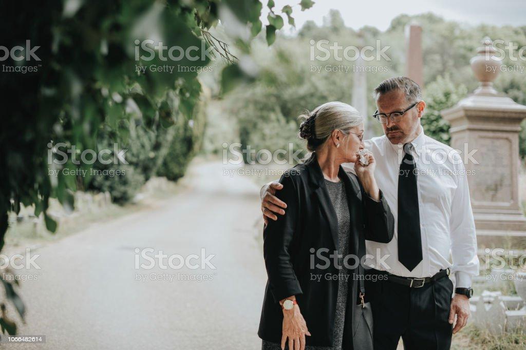 Mann versucht, seine Frau wegen ihres Verlustes zu trösten – Foto