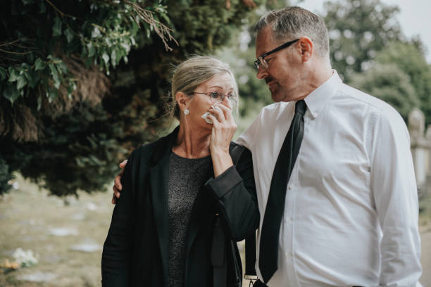 man probeert te troosten zijn vrouw als gevolg van haar verlies - funeral crying stockfoto's en -beelden