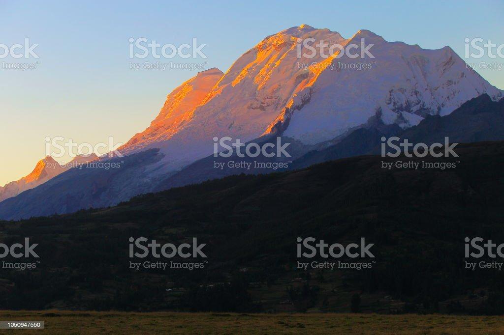 Montanha de Huscaran ao pôr do sol ouro colorido - Cordilheira Blanca - Huaraz, Ancash, Peru - foto de acervo