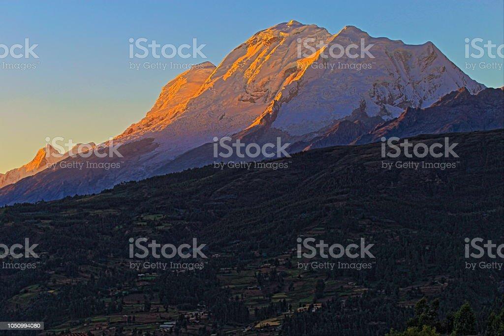 Montanha de Huscaran por do sol - Cordilheira Blanca em Andes - Ancash, Peru - foto de acervo
