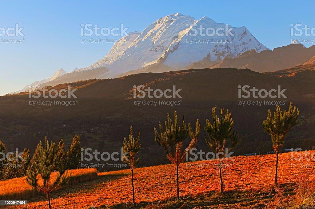 Huscaran montanha - Cordilheira Blanca em Andes - Huaraz, Ancash, Peru - foto de acervo