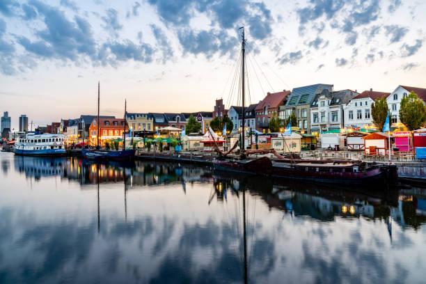 husumer hafen bei sonnenuntergang nordfriesland deutschland - nordsee urlaub hotel stock-fotos und bilder
