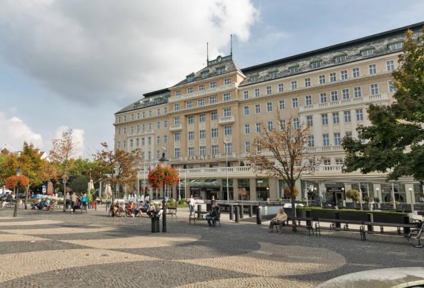 hviezdoslav platz in bratislava, slowakei. - bratislava hotel stock-fotos und bilder