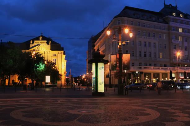 hviezdoslavovo platz am abend. gebäude der slowakischen staatsphilharmonie links und carlton hotel direkt in der altstadt - bratislava hotel stock-fotos und bilder