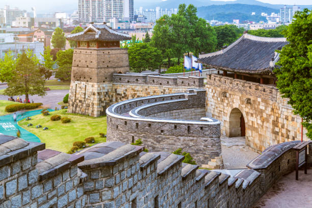 Hwaseong-Festung in Suwon, Südkorea bei Sonnenuntergang – Foto