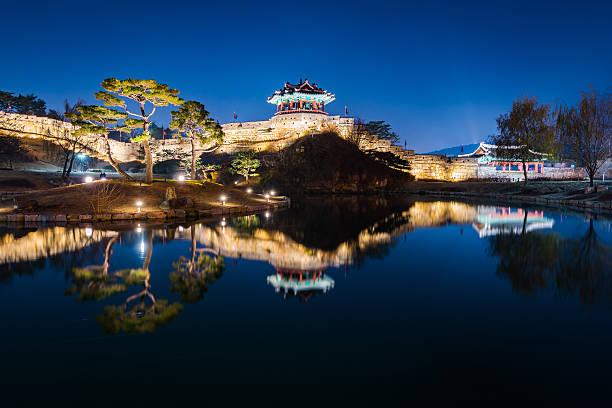 Hwaseong fortaleza, la arquitectura tradicional de Corea en Suwon en - foto de stock