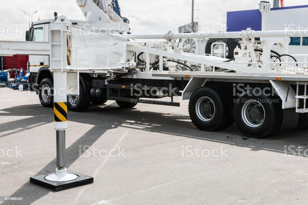 hydraulische Ausleger des Krans installiert auf dem LKW – Foto