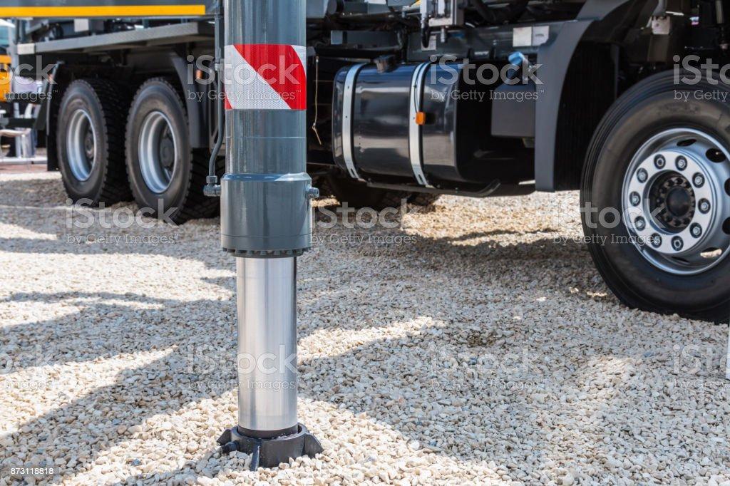 Hydraulik-Kran-Unterstützung ist auf Schotter – Foto