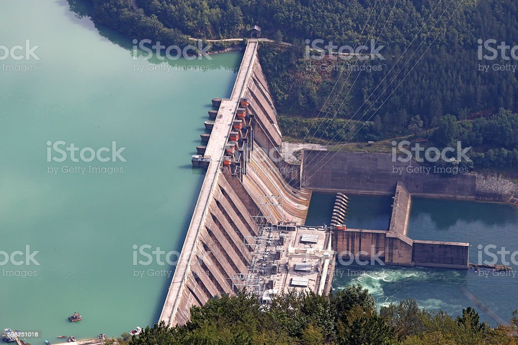 hydroelectric power plant on river - foto de acervo