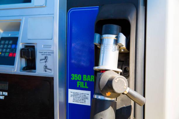 hydrogen car filling pump - pila a idrogeno foto e immagini stock
