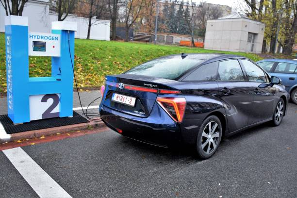 hydrogen refueling on the hydrogen filling station - pila a idrogeno foto e immagini stock