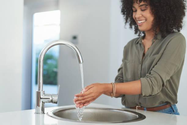 hygiene steht an erster stelle - wasch oder spülbecken stock-fotos und bilder