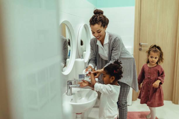 Hygienezeit bei kindergartner – Foto