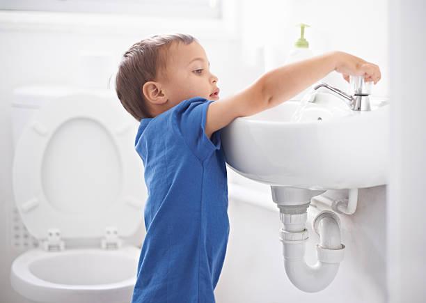 hygienischen, gewohnheiten - kinder wc stock-fotos und bilder