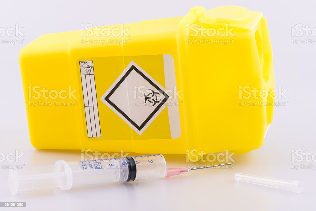Hyperdermic needle and sharps bucket – Foto