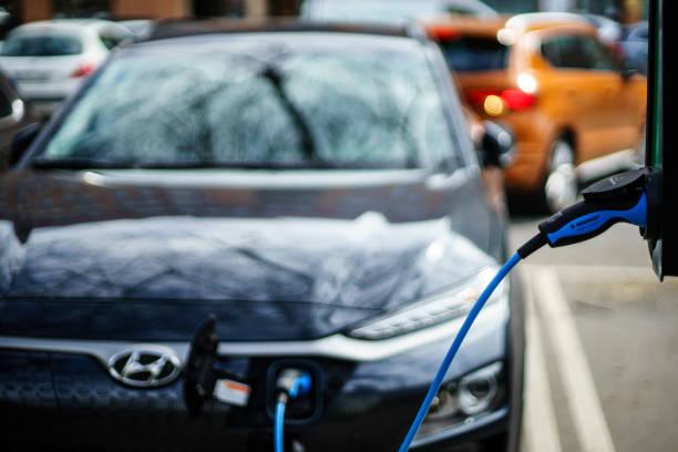 hyundai kona ny generation el bil laddning på goteborg street car park - elbilar laddning sverige bildbanksfoton och bilder